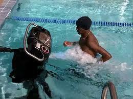 Los Hombres Que Corren Bajo Agua